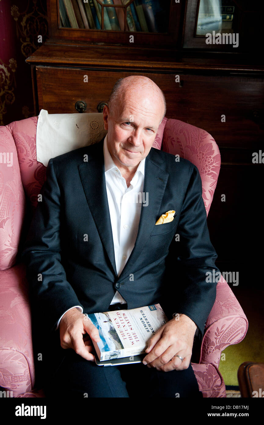 Author and Journalist Simon Winchester, OBE with his book The Men Who United the States - Stock Image