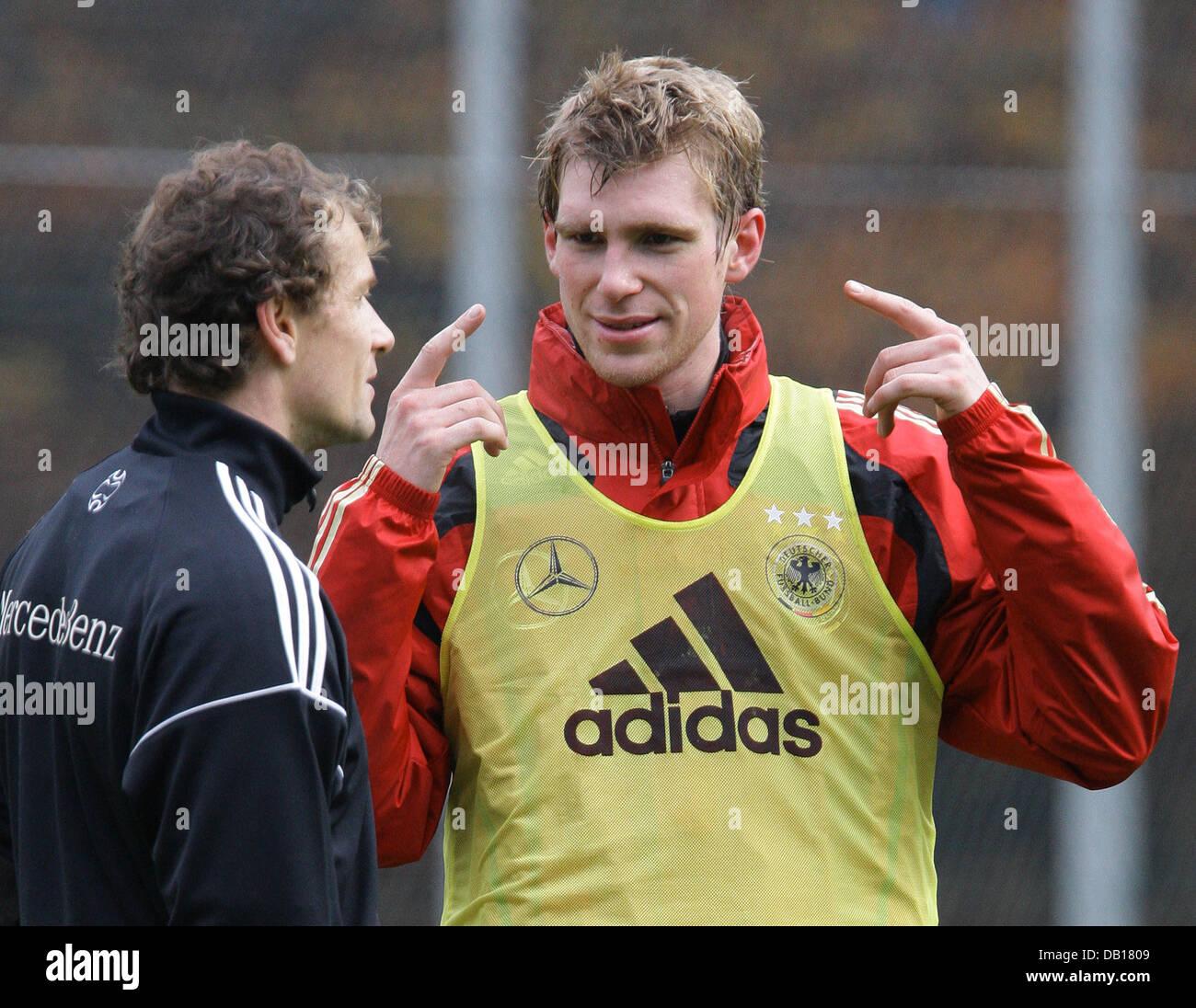 Player of the German national soccer team, Per Mertesacker, talks to goalkeeper Jens Lehmann (L) during team practice Stock Photo
