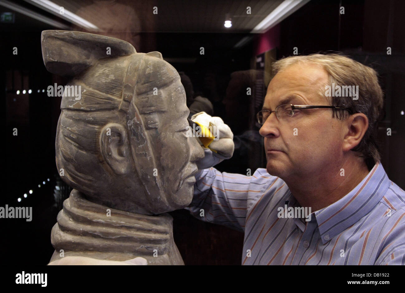 Curator Thomas Hafermann prepares a Terracotta Army's soldier for the exhibition 'Power and Death - China's - Stock Image