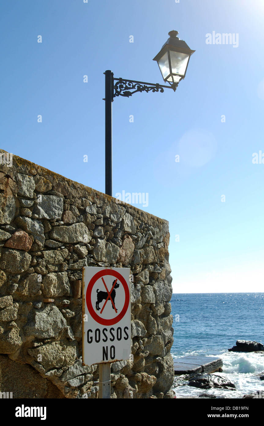 A sign prohibits dogs at the beach of fishing town Llafranc, Spain, 01 November 2007. Photo: Wolfgang Langenstrassen - Stock Image