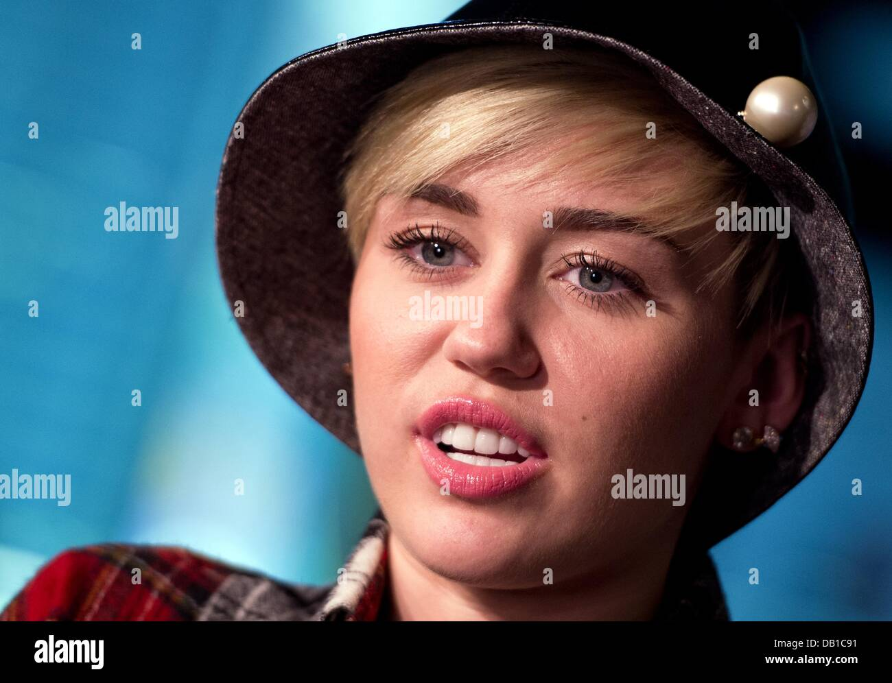 Who is miley cyrus dating 2013