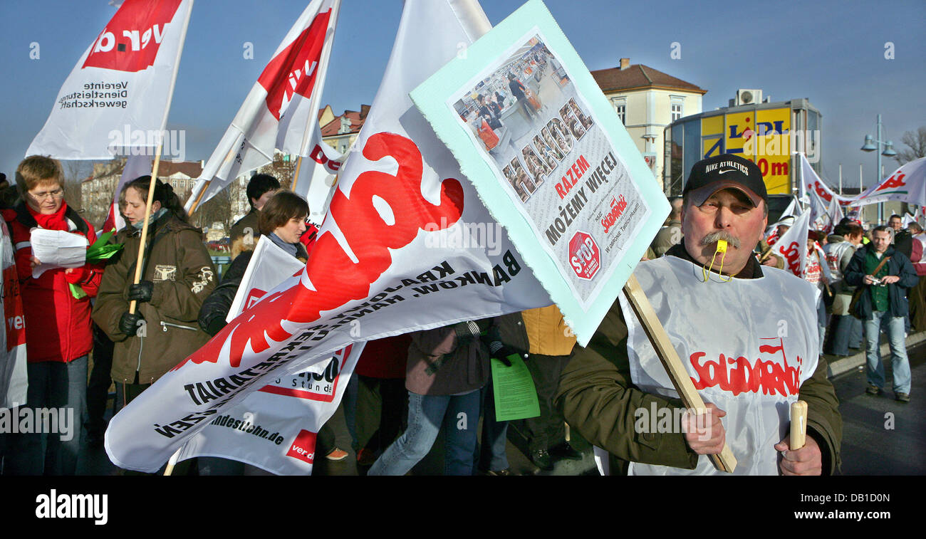 Members of the German labour union ver.di and the Polish labour union Solidarnosc pass the border crossing during - Stock Image