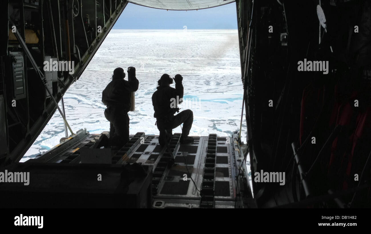 Petty Officer 3rd Class Jesse Sanchez and Petty Officer 3rd Class Nathan Matthews, both aviation maintenance technicians, - Stock Image