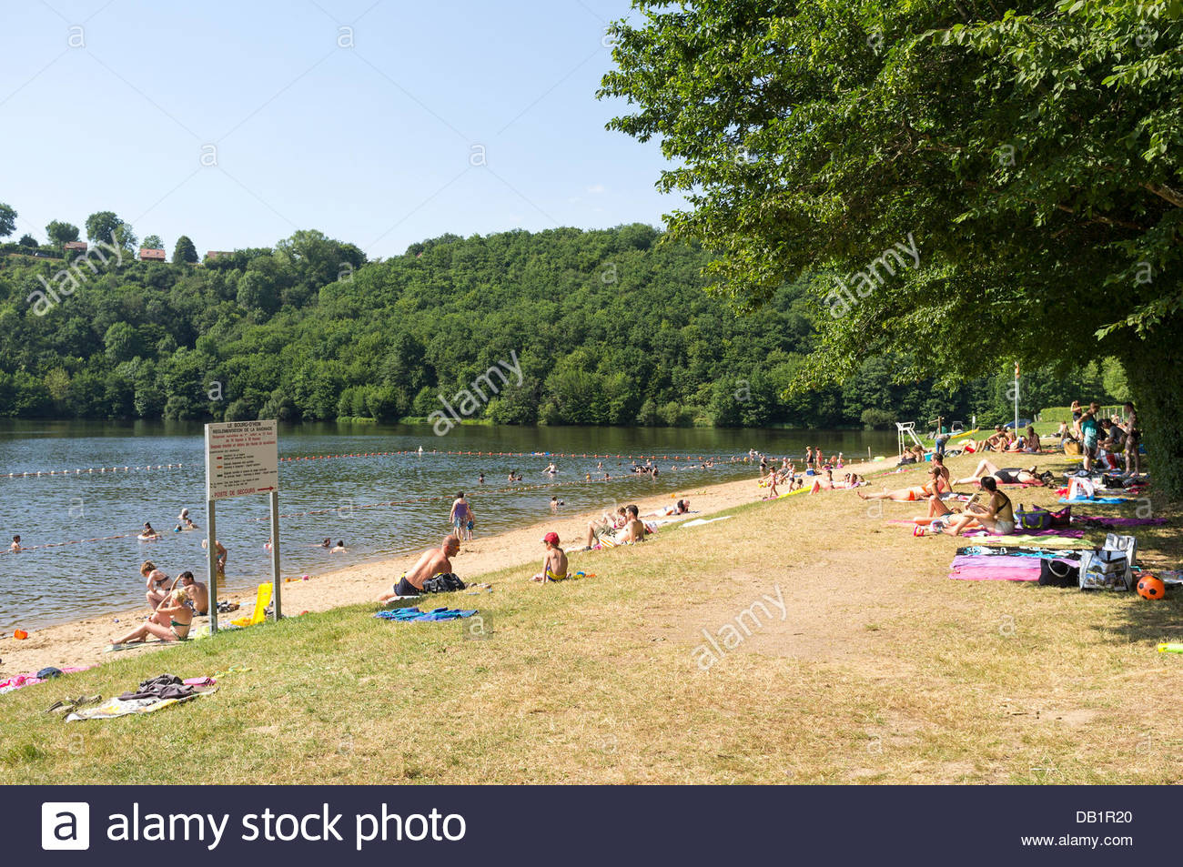 Le Bourg-d'Hem, Limousin, France. 22nd July, 2013. People at a beach on the Creuse river. Temperatures in France - Stock Image