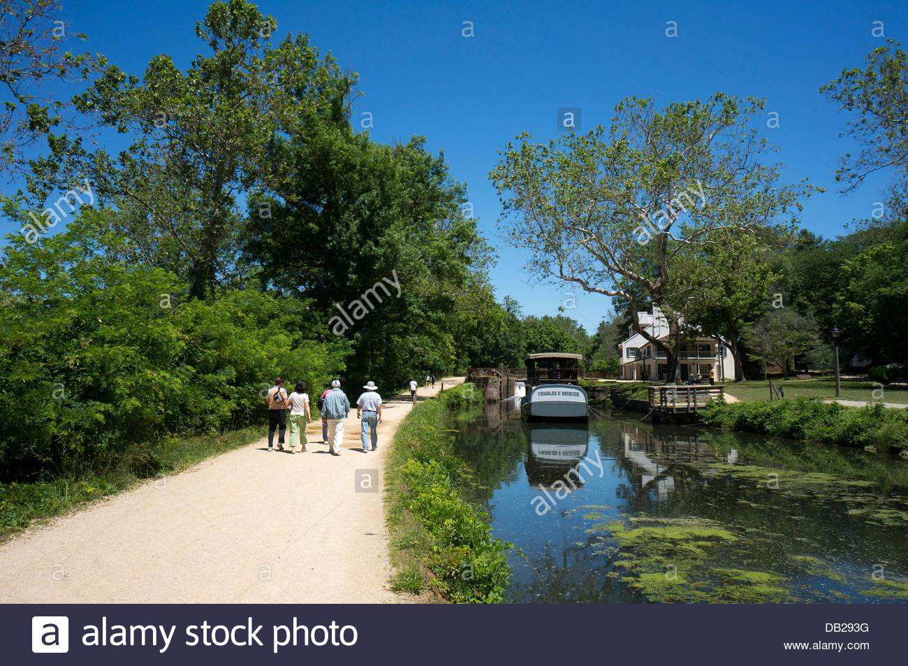 Hikers approach the canal boat on the C&O Canal at Great Falls tavern in Maryland - Stock Image