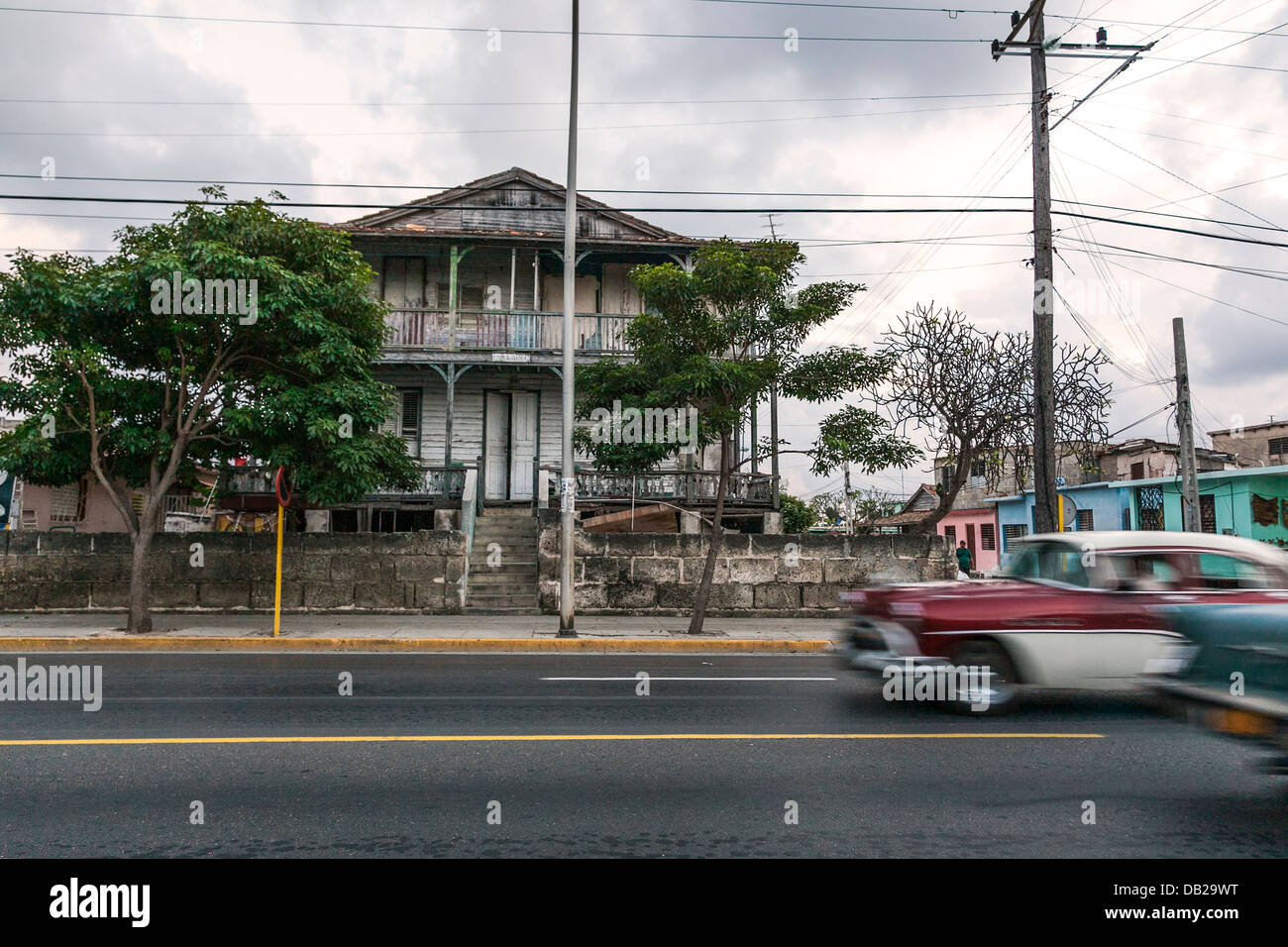 Old colonial house and moving cars, Cuba - Stock Image
