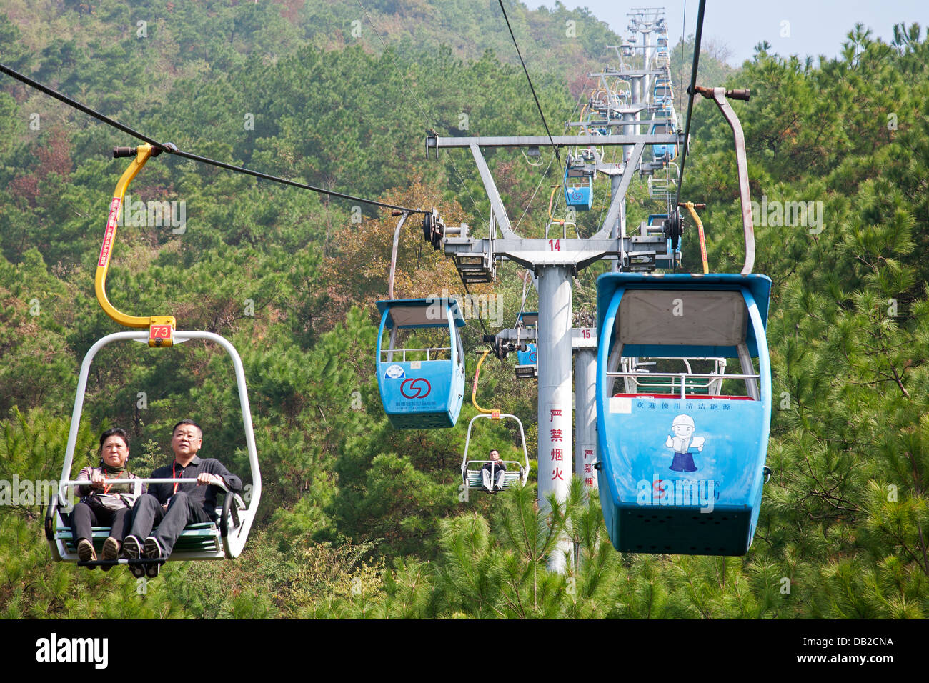 Chairlift leading to the top of Yaoshan Mountain. Guangxi Zhuang Autonomous Region, China - Stock Image