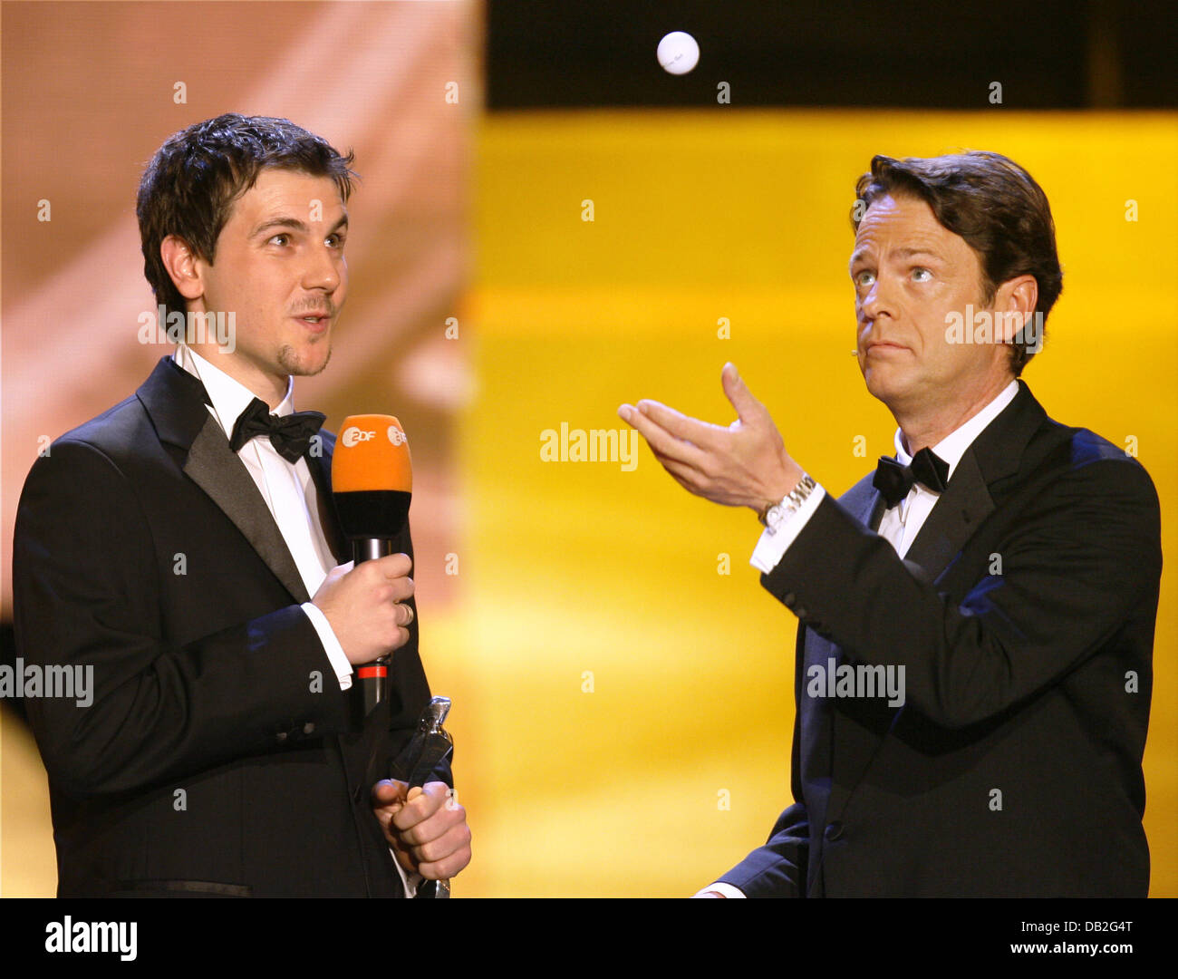 Rudi Cerne (R), host of the procalmation of the '2007 Sports Personality' (Sportler des Jahres 2007), throws - Stock Image