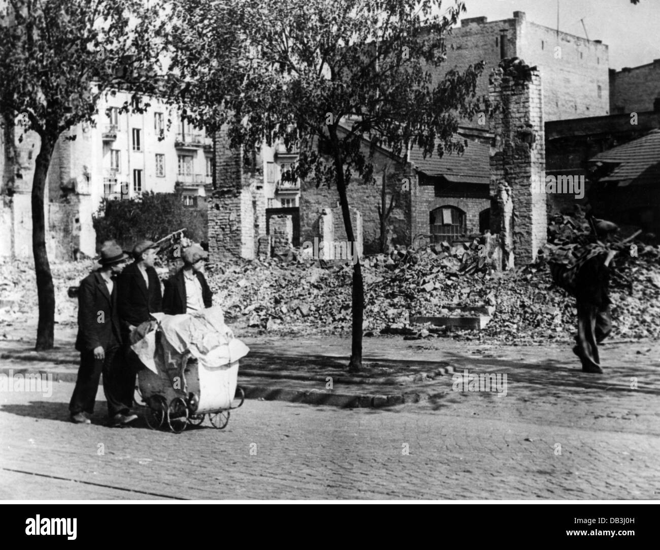 events, Second World War / WWII, Poland 1939, Polish civilians in a destroyed street, Warsaw, 1939, Additional-Rights - Stock Image