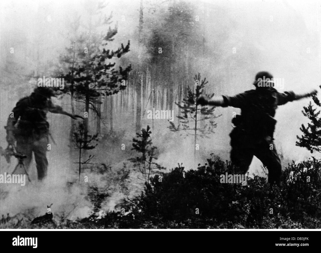 events, Second World War / WWII, Russia 1942 / 1943, German soldiers in a burning forest, circa 1942, Additional - Stock Image