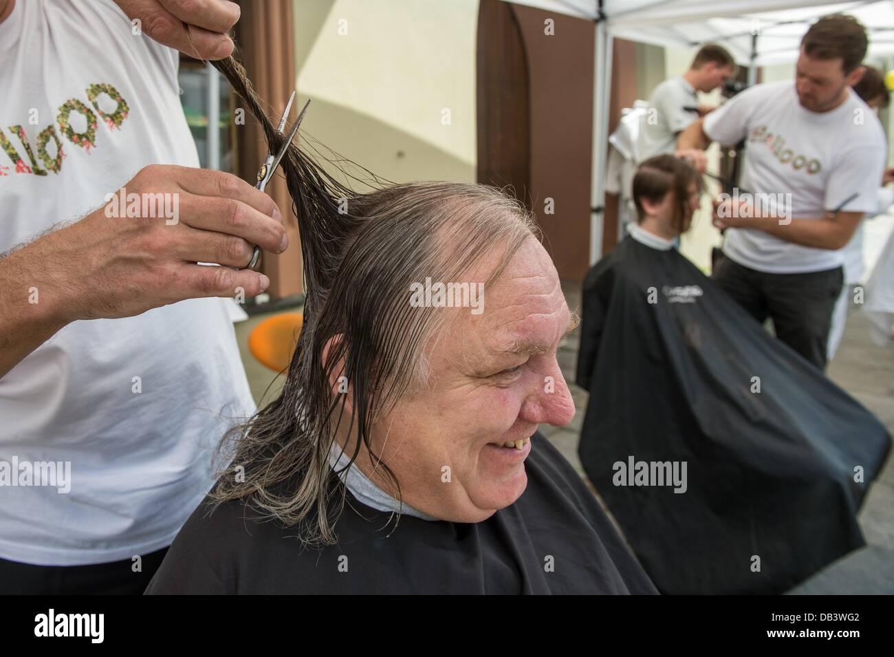 An actor in the Landshut Wedding gets his hair cut in Landshut