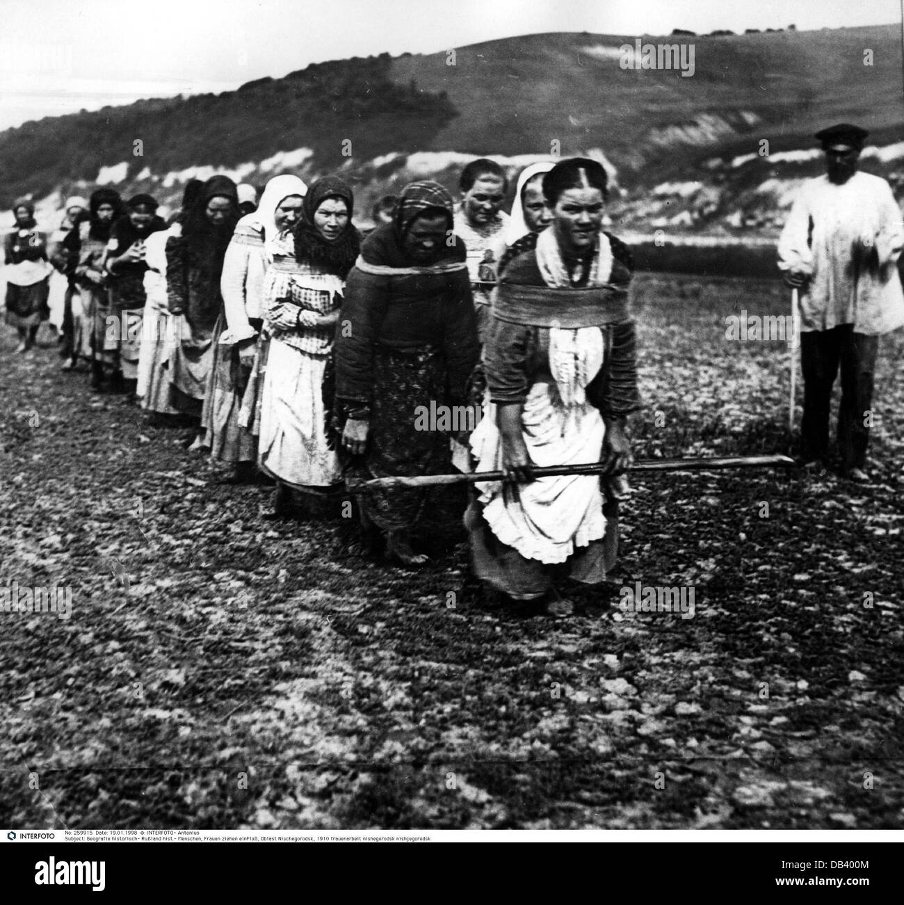 geography / travel, Russia, people, women hauling a float, oblast Nizhny Novgorod, 1910, Additional-Rights-Clearences - Stock Image