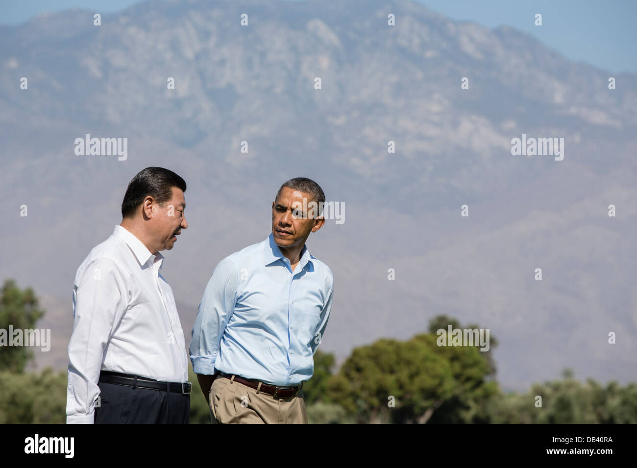 President Barack Obama and President Xi Jinping of the People's Republic of China walk on the grounds of the - Stock Image