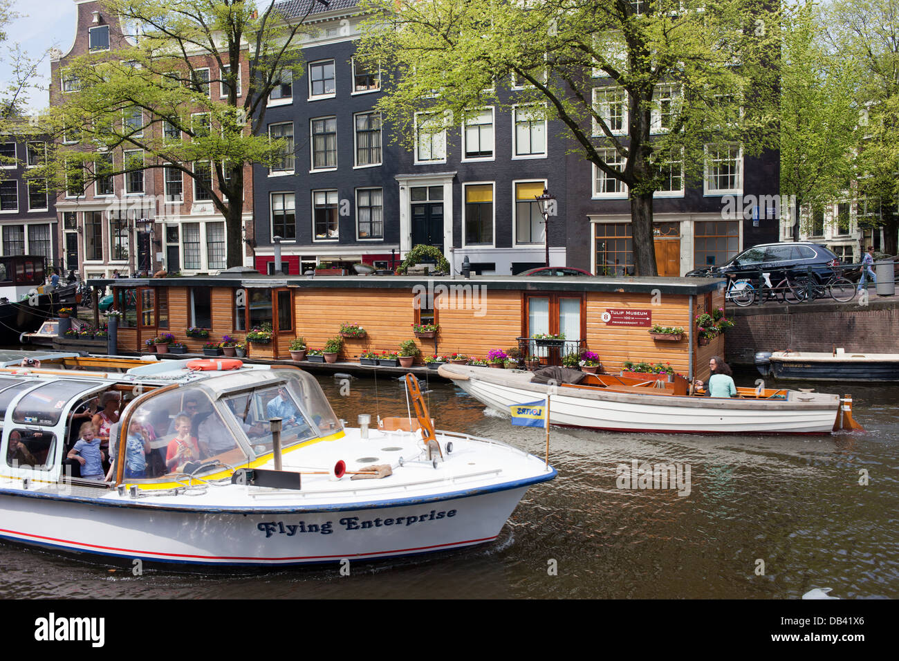 Boats, houseboat and apartment buildings on Prinsengracht canal in Amsterdam, Netherlands. - Stock Image