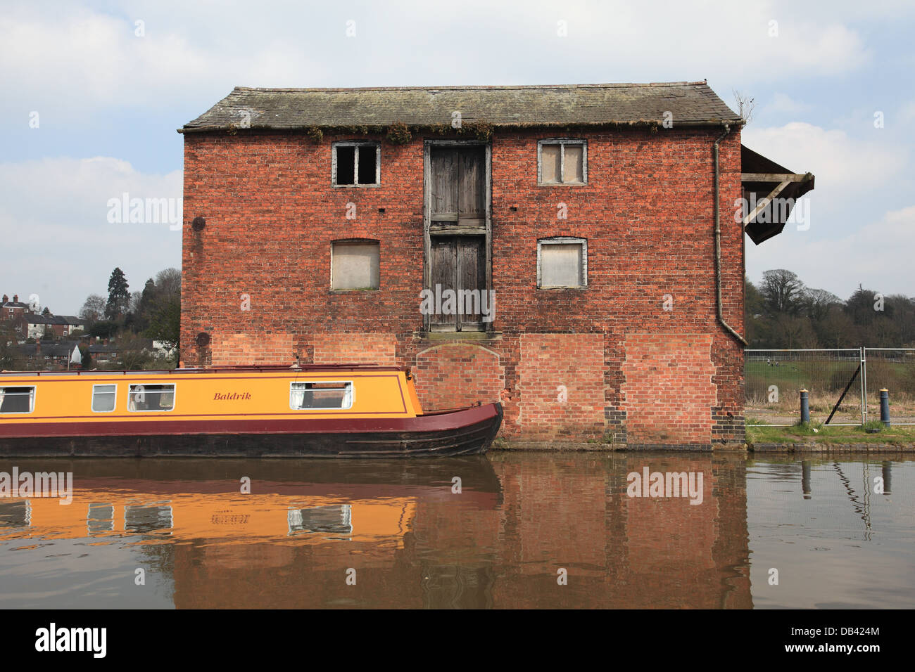 The Llangollen Canal wharf at Ellesmere, Shropshire with a redundant canal warehouse - Stock Image