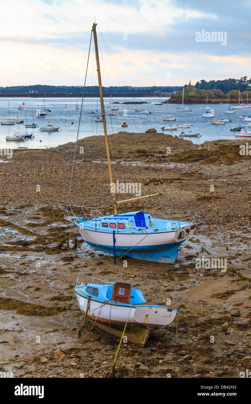 Sailing boats at ebb tide near St. Malo in Brittany, France - Stock Image