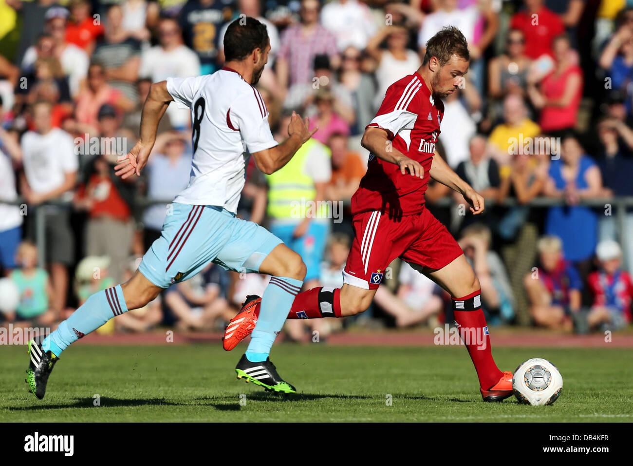 Flensburg, Germany. 23rd July, 2013. United's Razvan Rat (L) vies for the ball with Hamburg's Maximilian - Stock Image