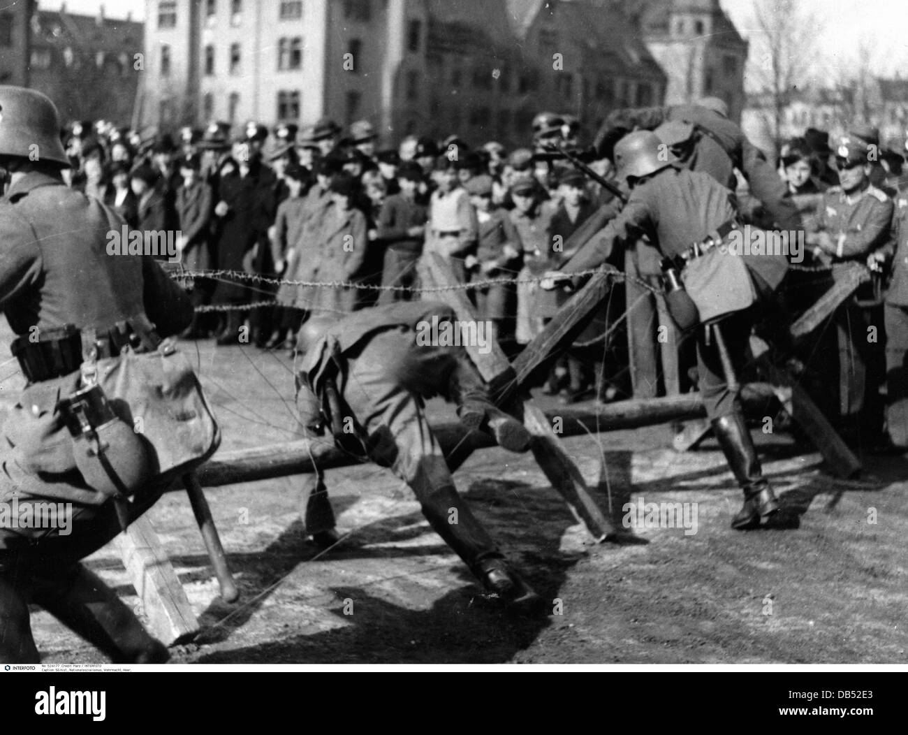 Nazism / National Socialism, military, Wehrmacht, army, cavalry, public presentation, soldiers overcoming a barbed - Stock Image
