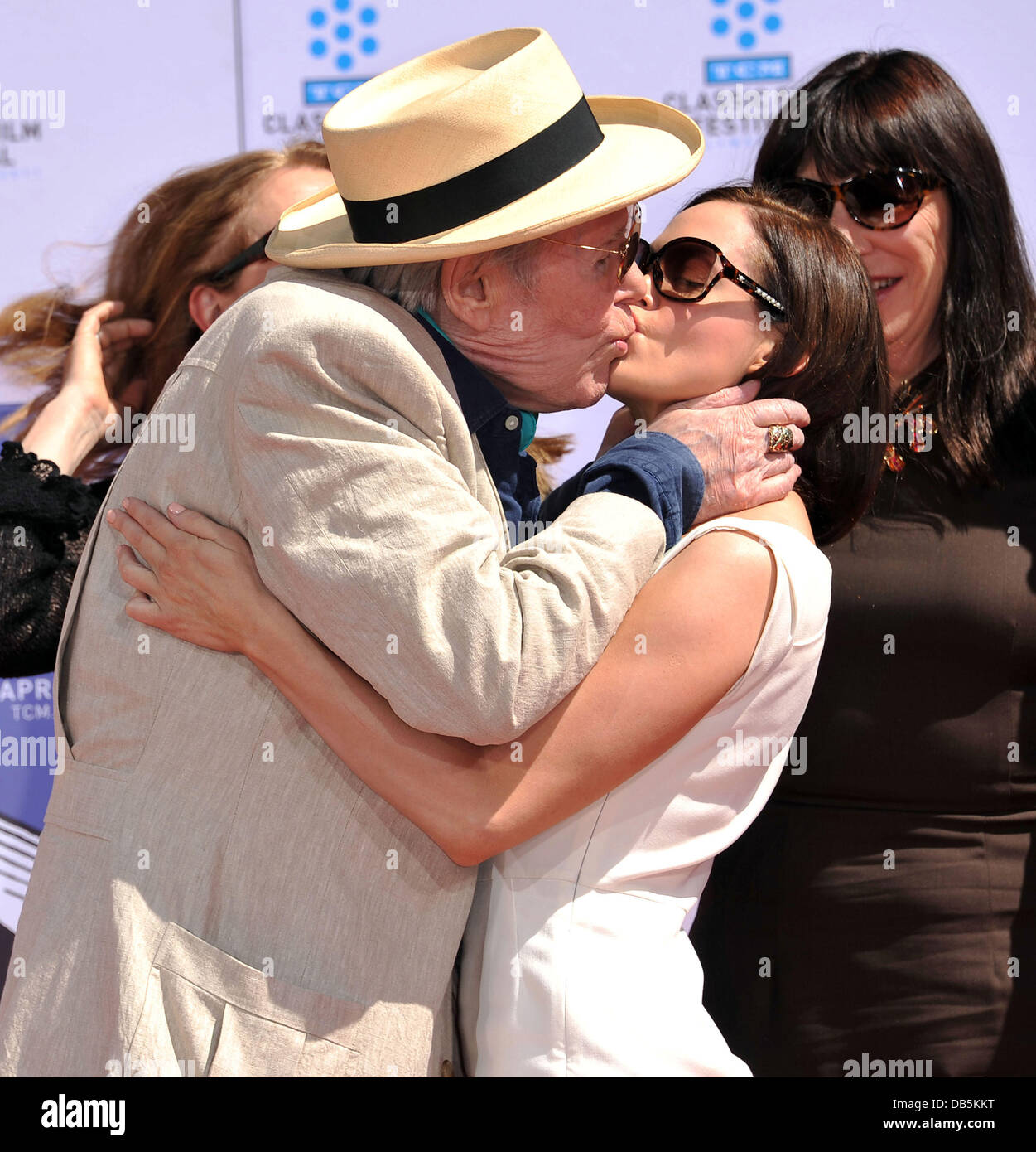 Peter O'Toole kisses Rose McGowan  TCM Classic Film Festival honors actor Peter O'Toole with hand and foot - Stock Image