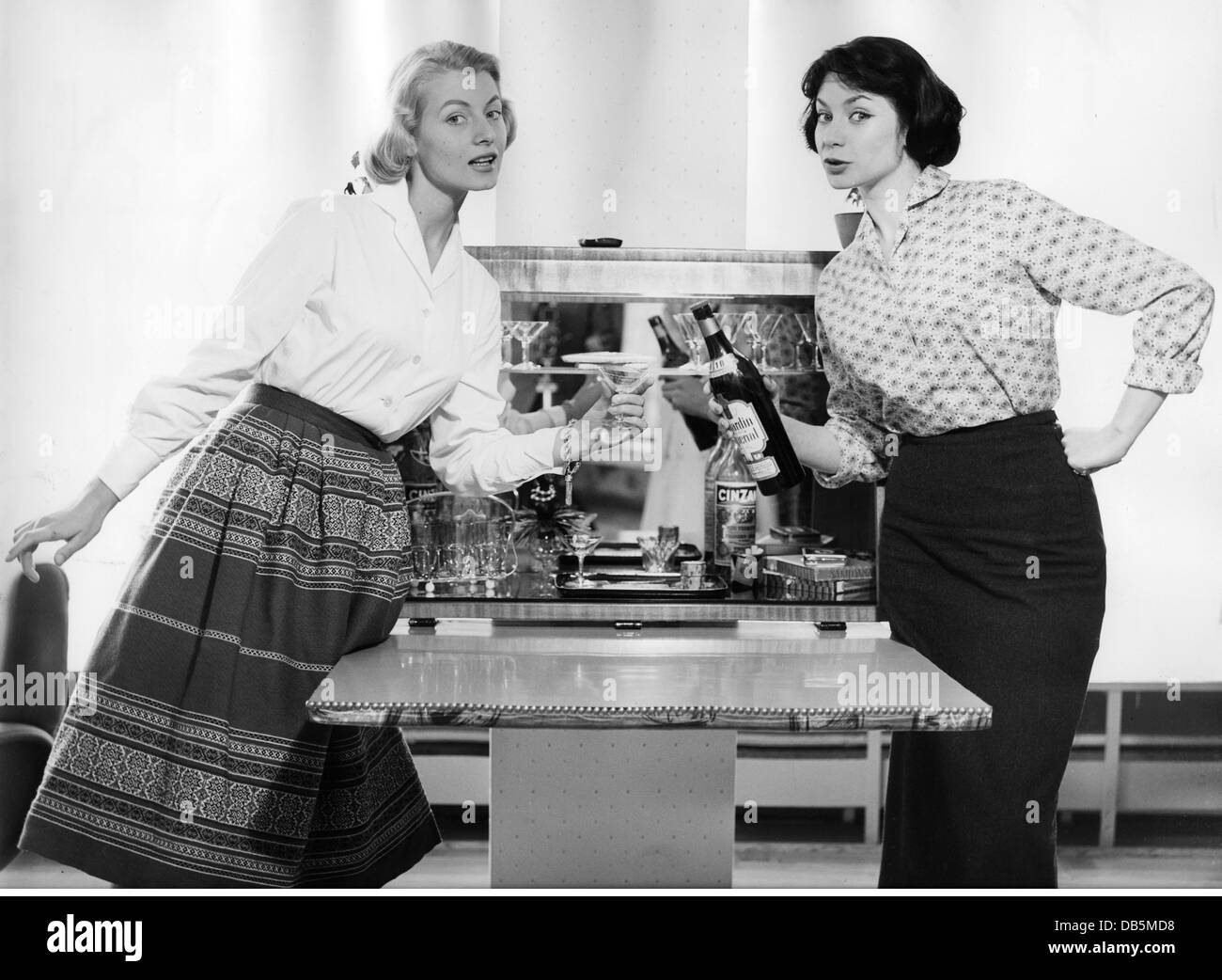 interieur, minibar, two women presenting open minibar, circa 1958, Additional-Rights-Clearences-NA - Stock Image
