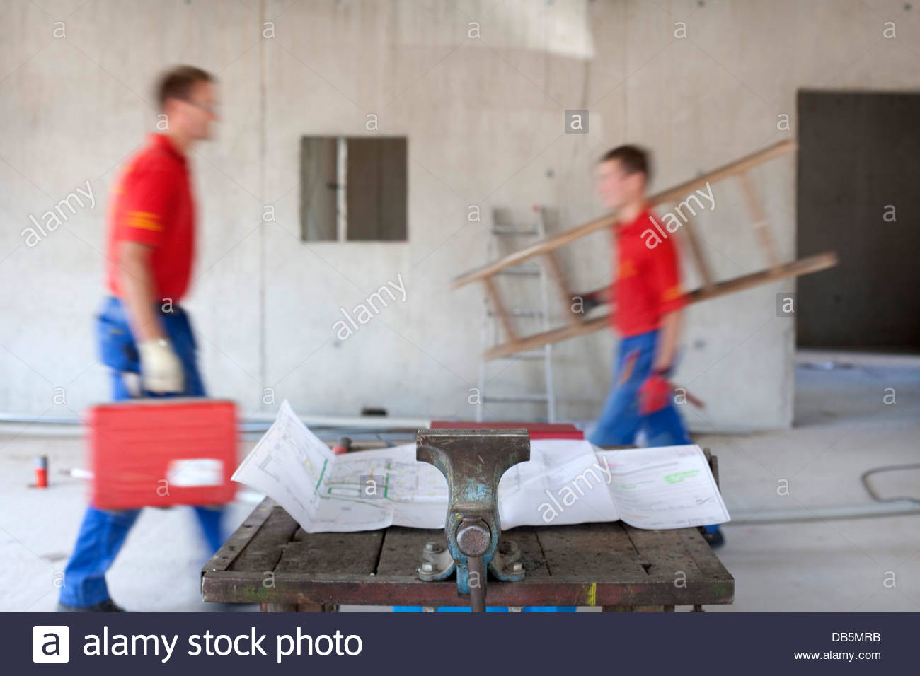 Worker working in an incomplete house - Stock Image