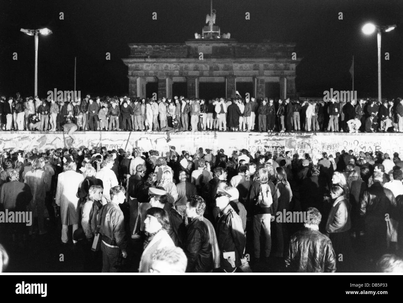 Reunification of Germany 1989 - 1990, fall of the Berlin wall, 9.11.1989, crowd on and at of the wall at Brandenburg - Stock Image