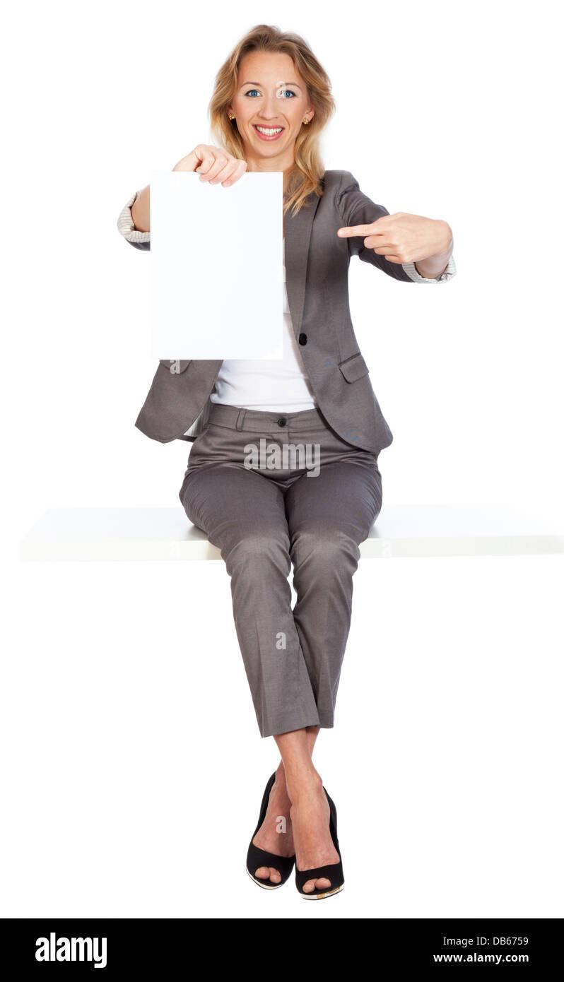 Frau sitzt mit plakat - Stock Image