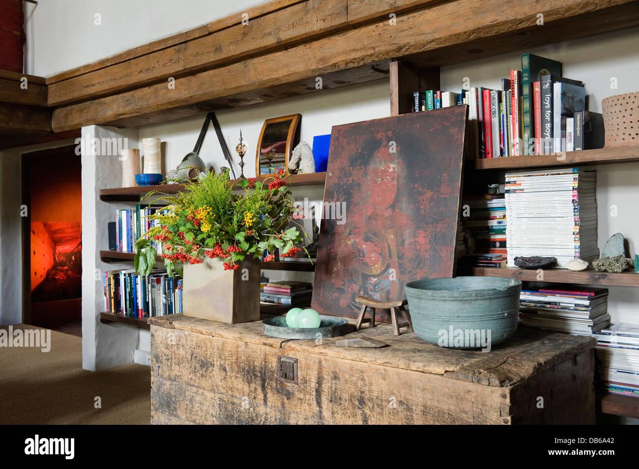 Recessed bookcase shelving in Antwerp apartment of Boris Vervoordt - Stock Image