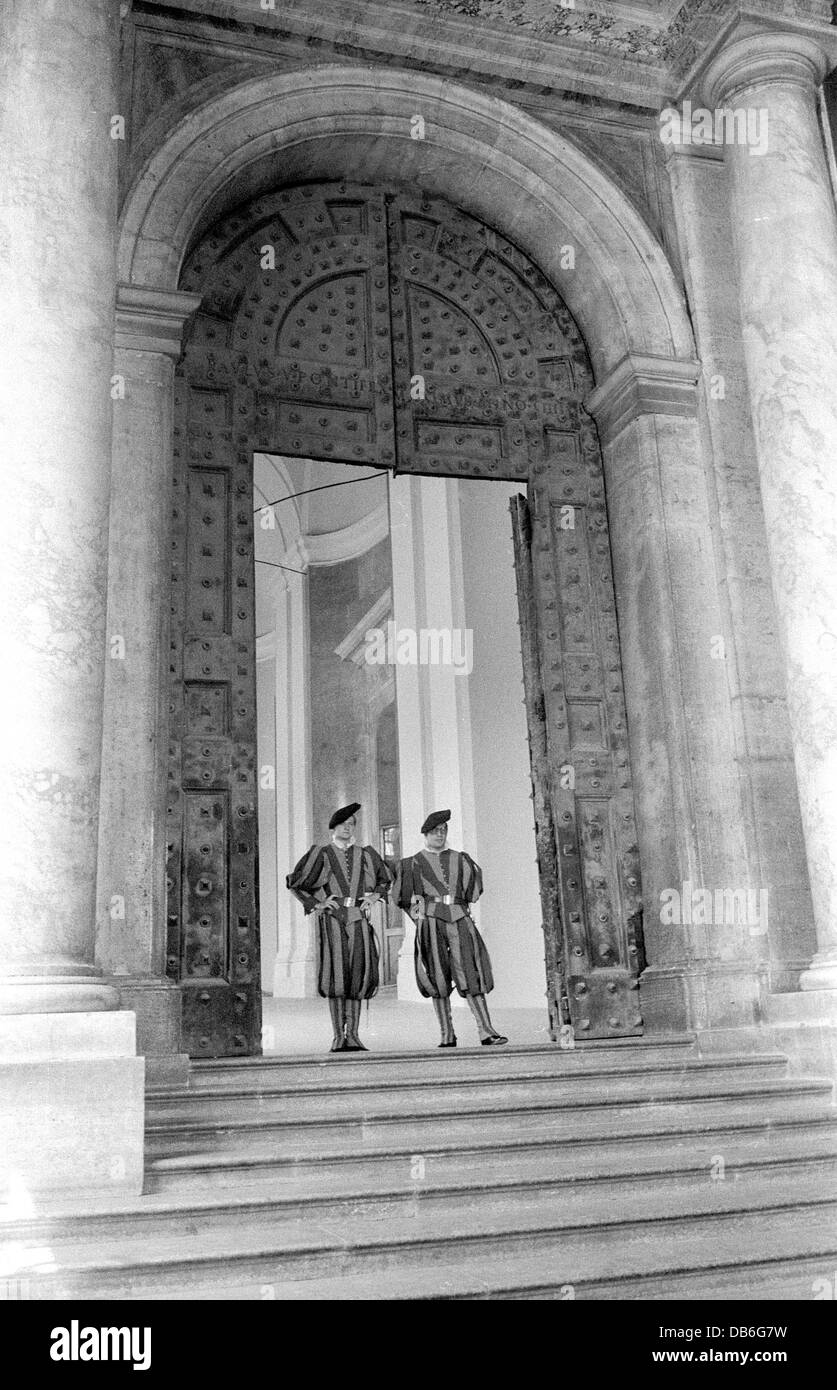 Swiss Guards at the Bronze Door to the Vatican Papal Palace - Stock Image
