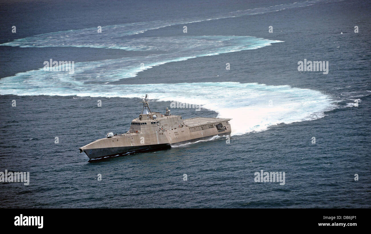 US Navy littoral combat ship USS Independence demonstrates its maneuvering capabilities by completing S-turns July - Stock Image