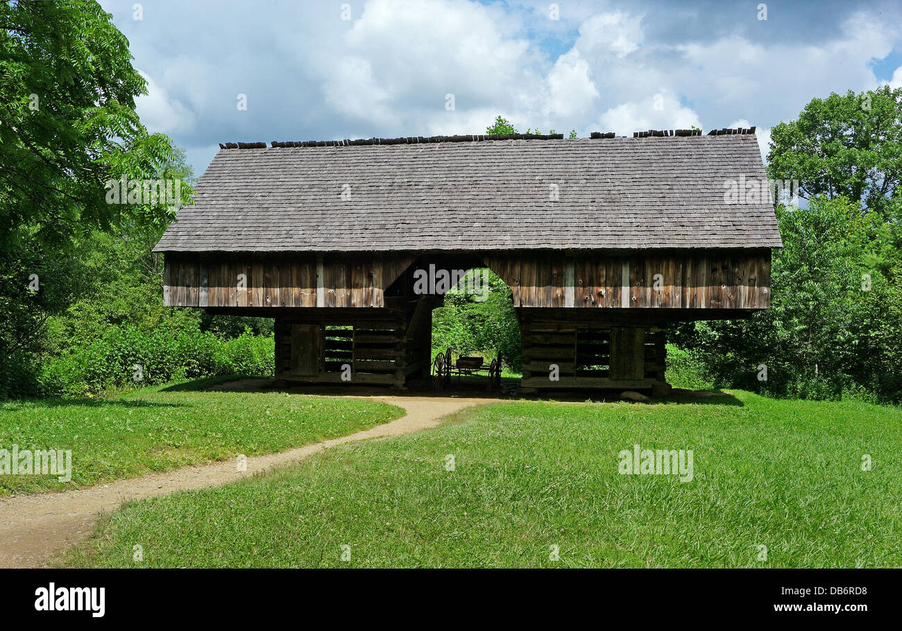 Double- cantilever barn at the Tipton Place Cades Cove - Stock Image