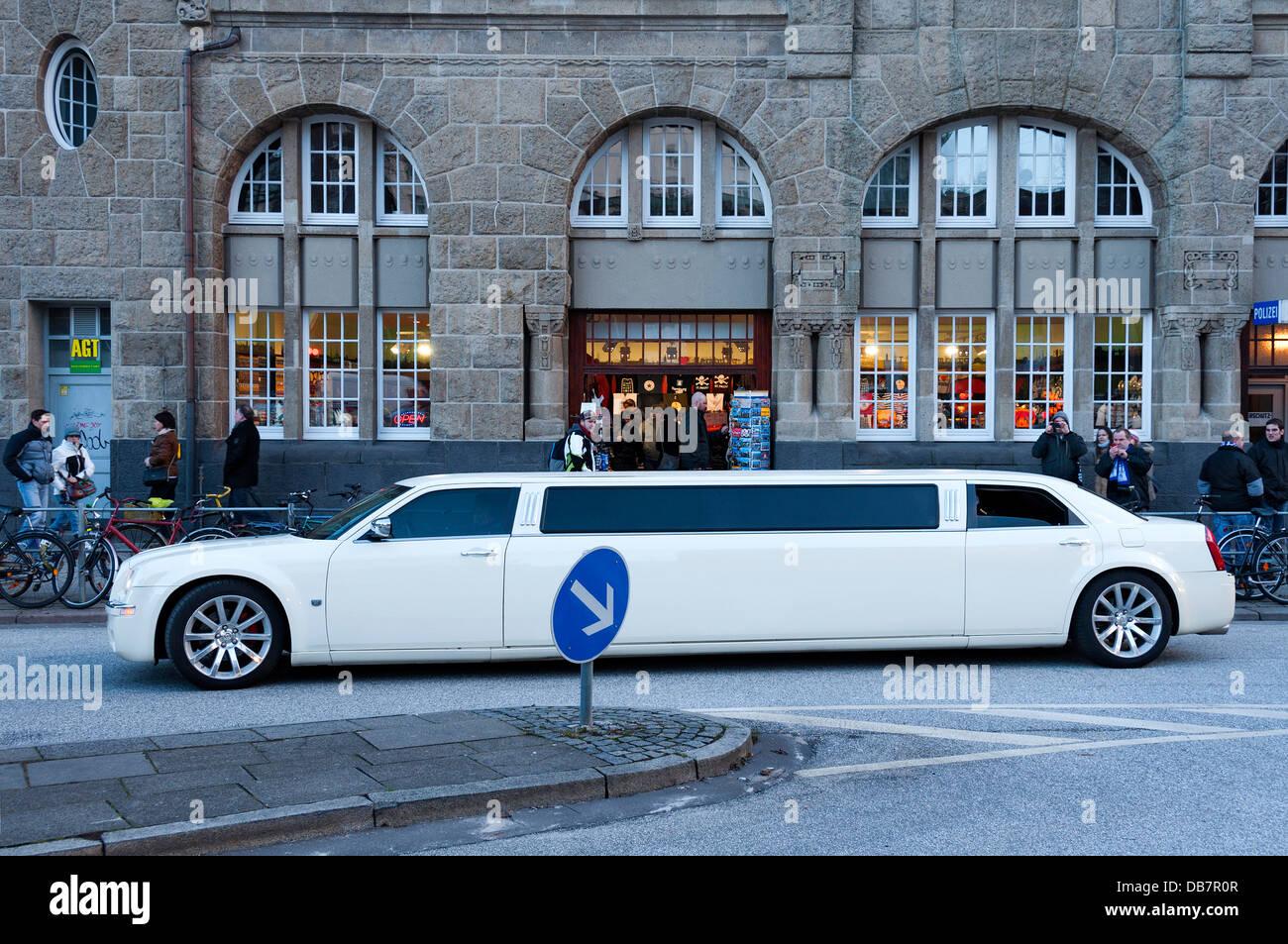 Chrysler 300C stretch limousine in front of St. Pauli Landing Bridges - Stock Image