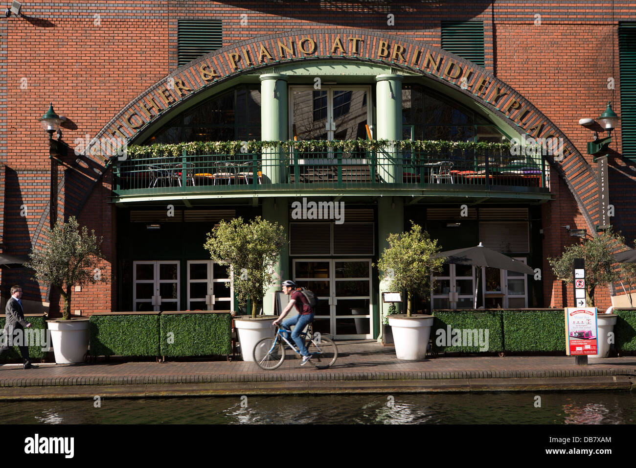 UK, England, Birmingham, Brindley Place, commuters on Birmingham Canal Navigations Main Line towpath at pitcher - Stock Image
