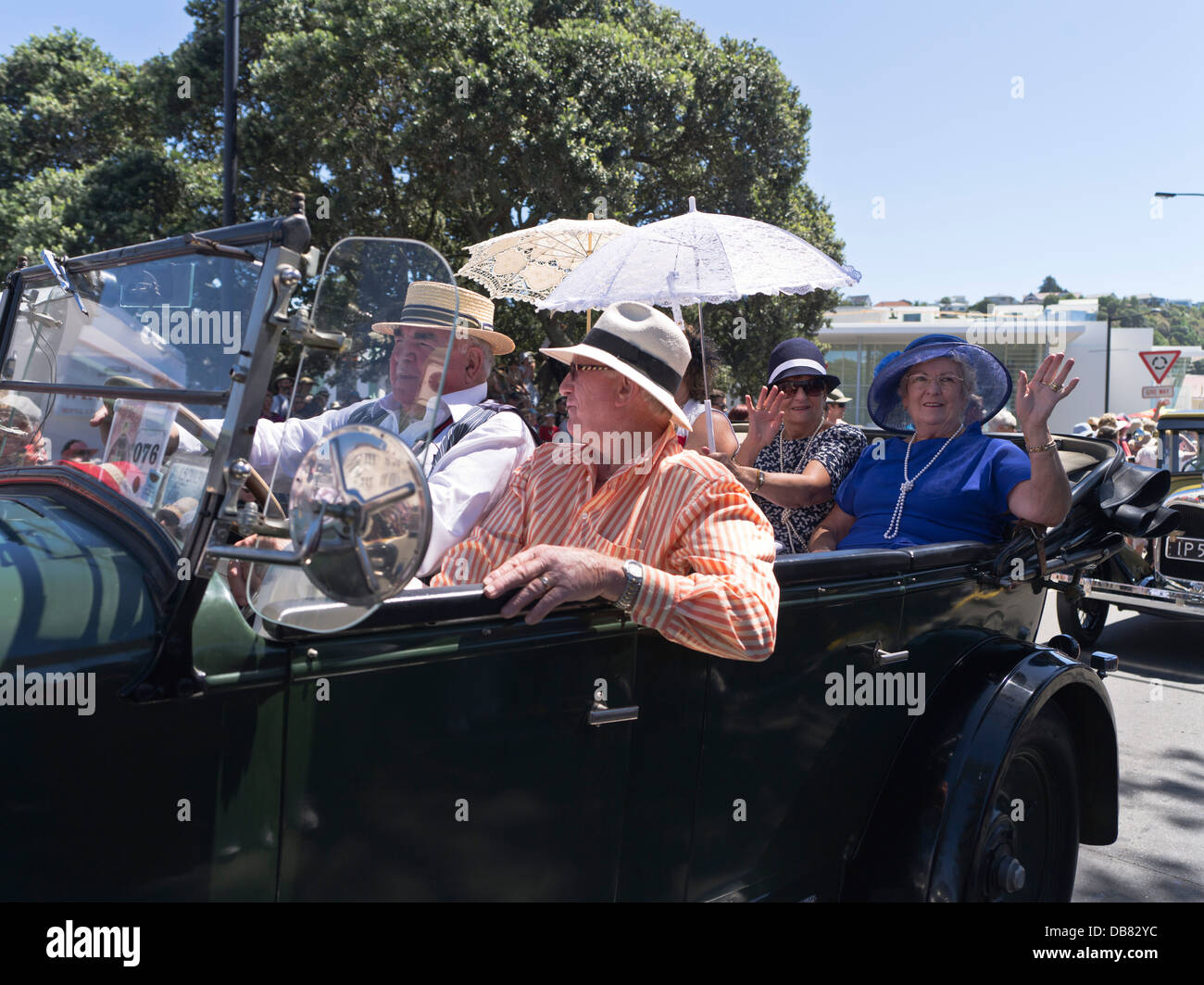 dh Marine Parade NAPIER NEW ZEALAND People Art Deco festival weekend 1930s classic vintage car parade woman - Stock Image