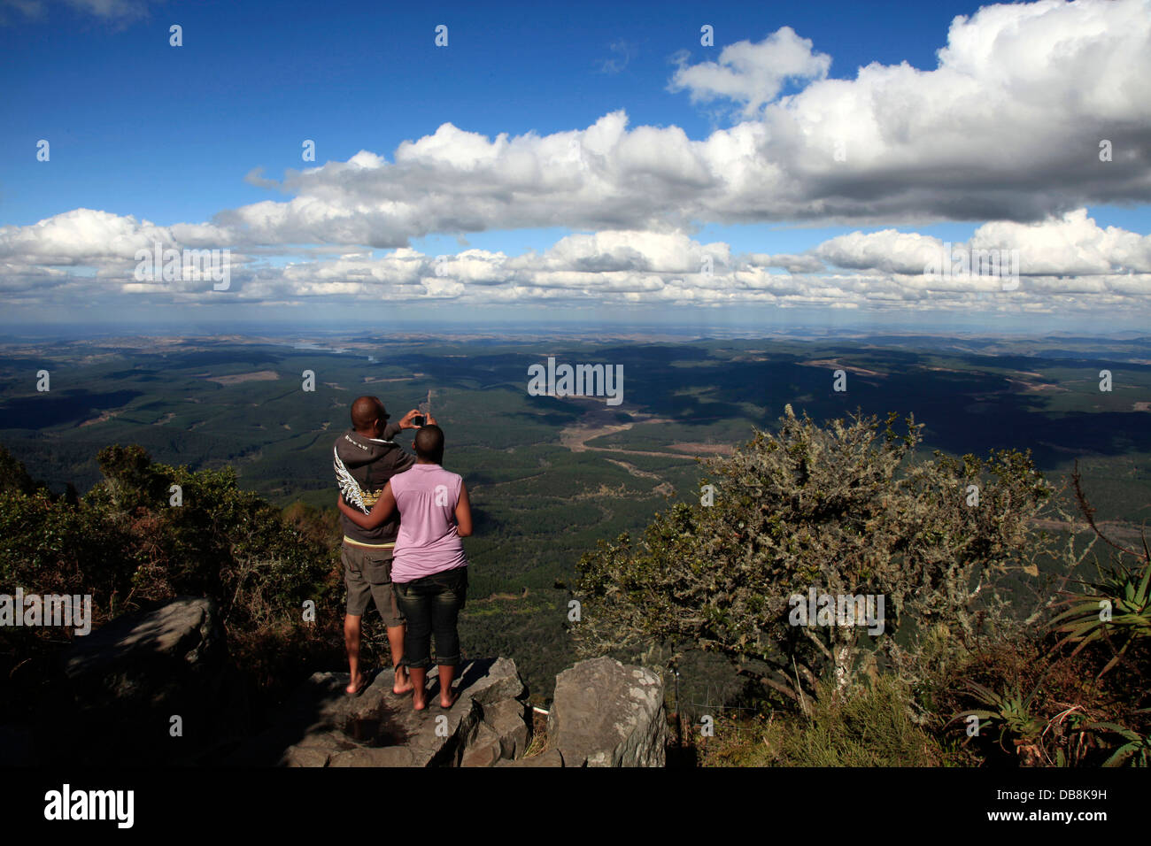 tourists taking a photo at Wonderview, near God's Window in Blyde River Canyon, Mpumalanga - Stock Image