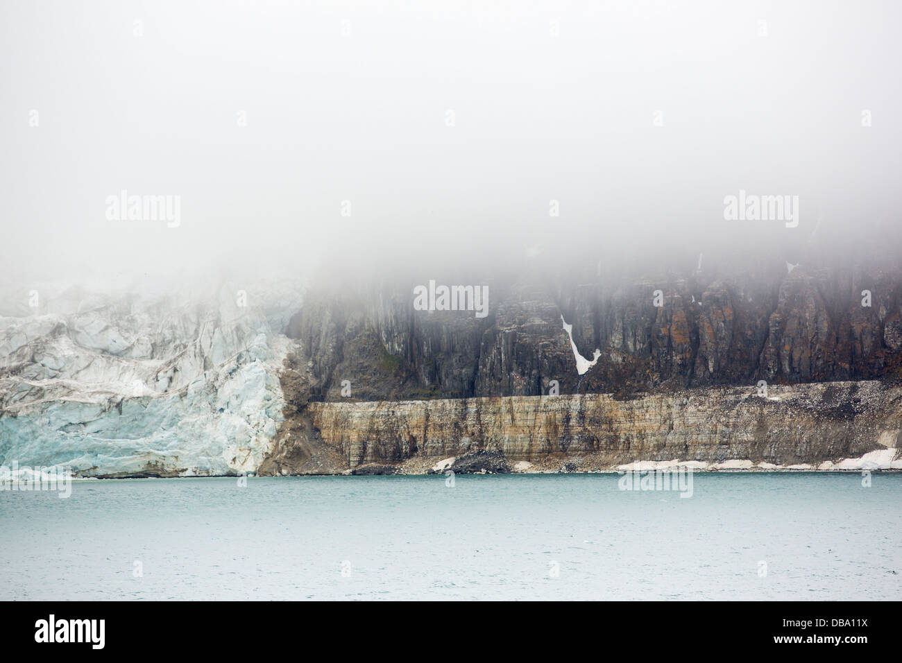 A glacier at Alkefjellet in northern Svalbard. At the side of the glacier is an unconformity - Stock Image