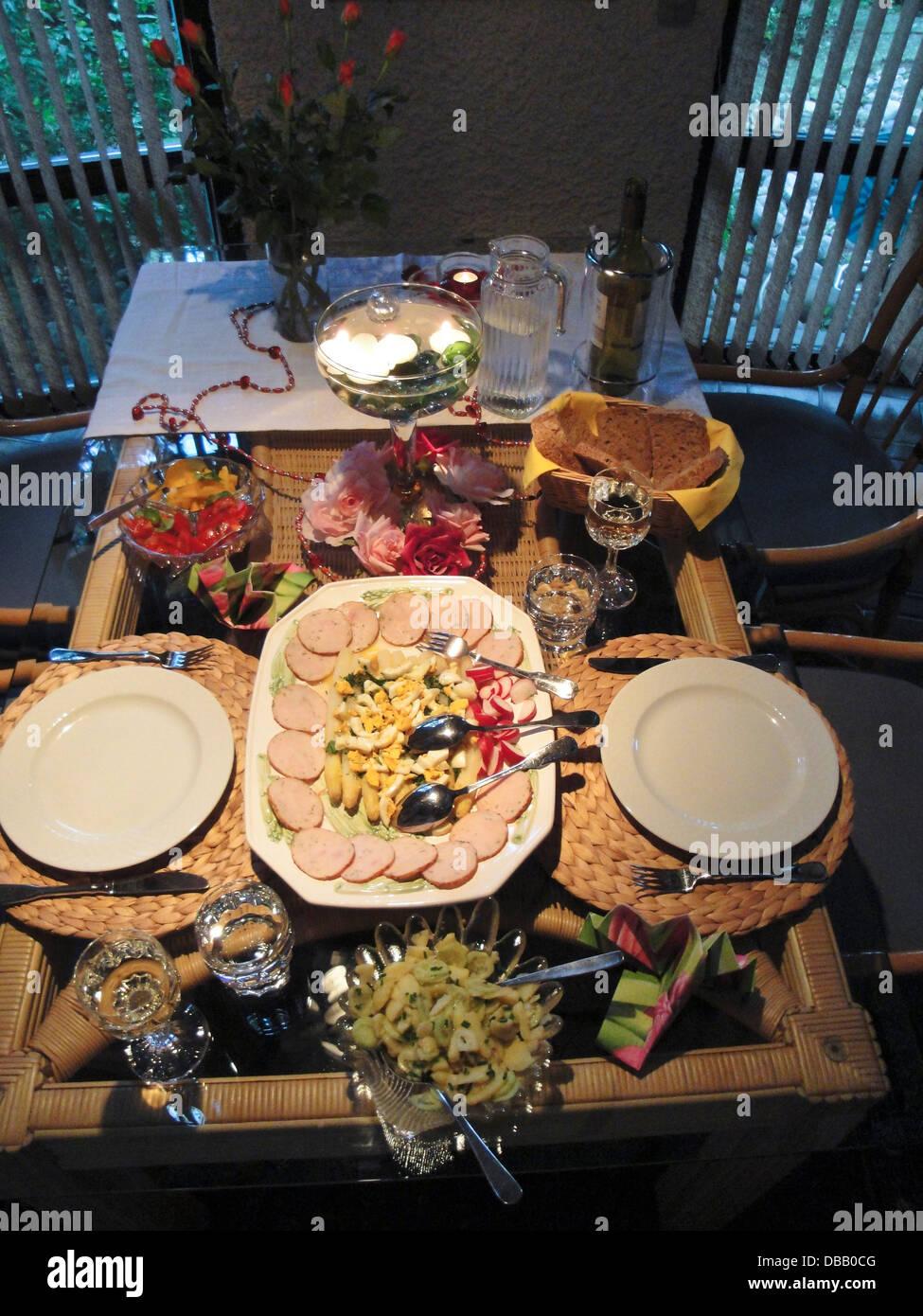 gedeckter Tisch mit einer kalten Platte für heisse Tage; laid table for two with a cold platter for hot days - Stock Image
