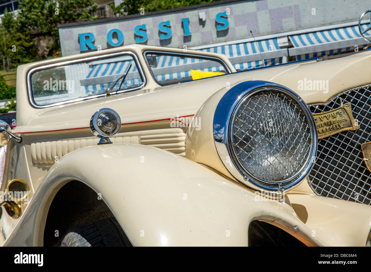 28/07/2013 Cream coloured Mercedes car in front of the 1930's ice cream parlor at the finish of London to Southend Stock Photo