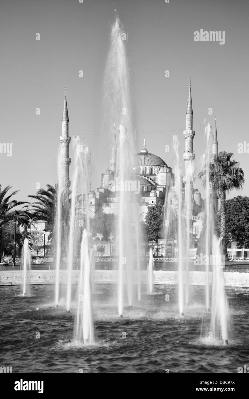Blue Mosque and park fountain in Istanbul, Turkey - Stock Image