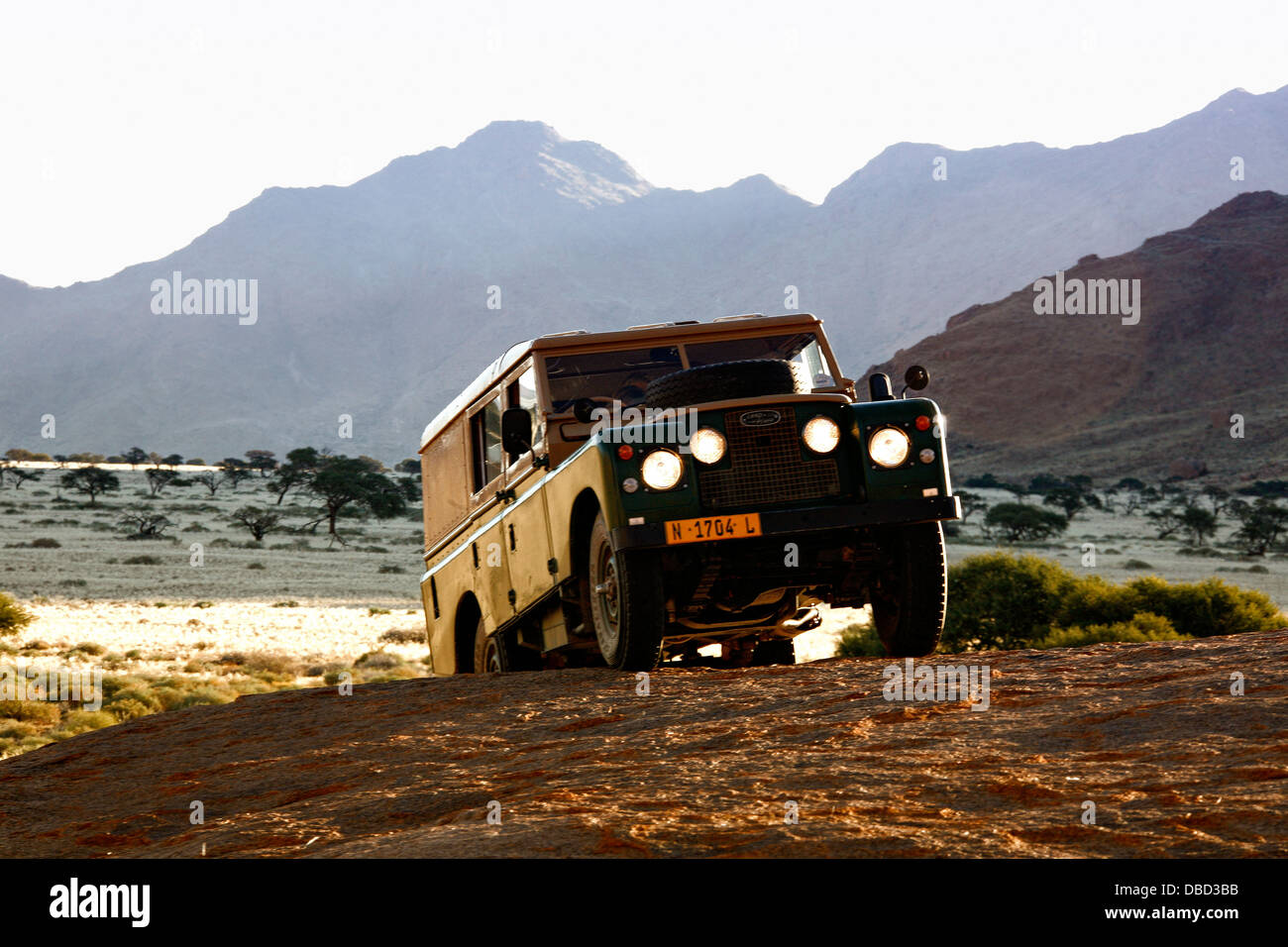 Off road in an old series 3 land rover on a whaleback off the D707 between Tiras Mountains and dunes of the Namib - Stock Image