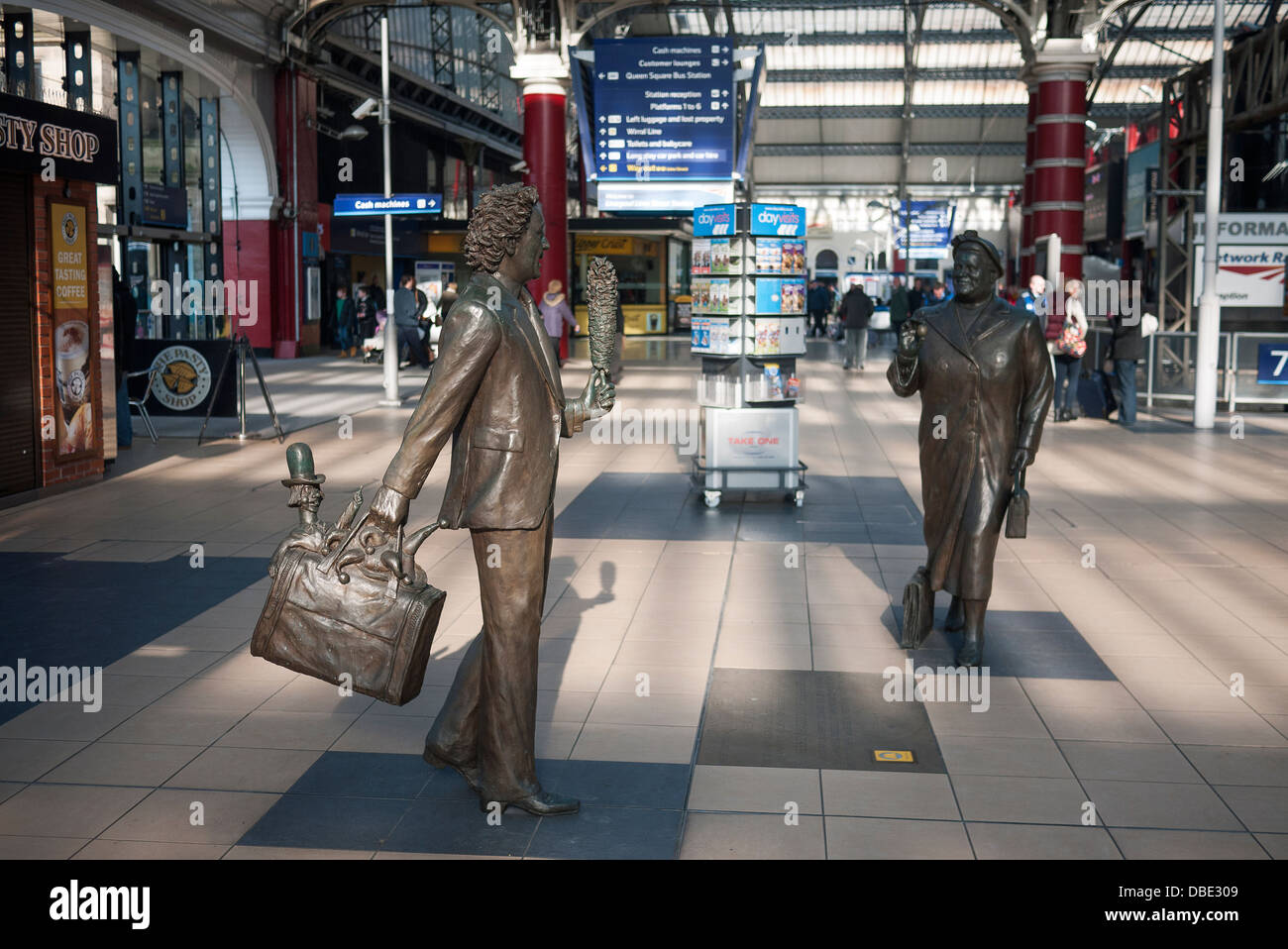 Sculptures by Sculptor Tom Murphy at Liverpool's Lime Street Railway Station, of entertainer Ken Dodd and Bessie - Stock Image