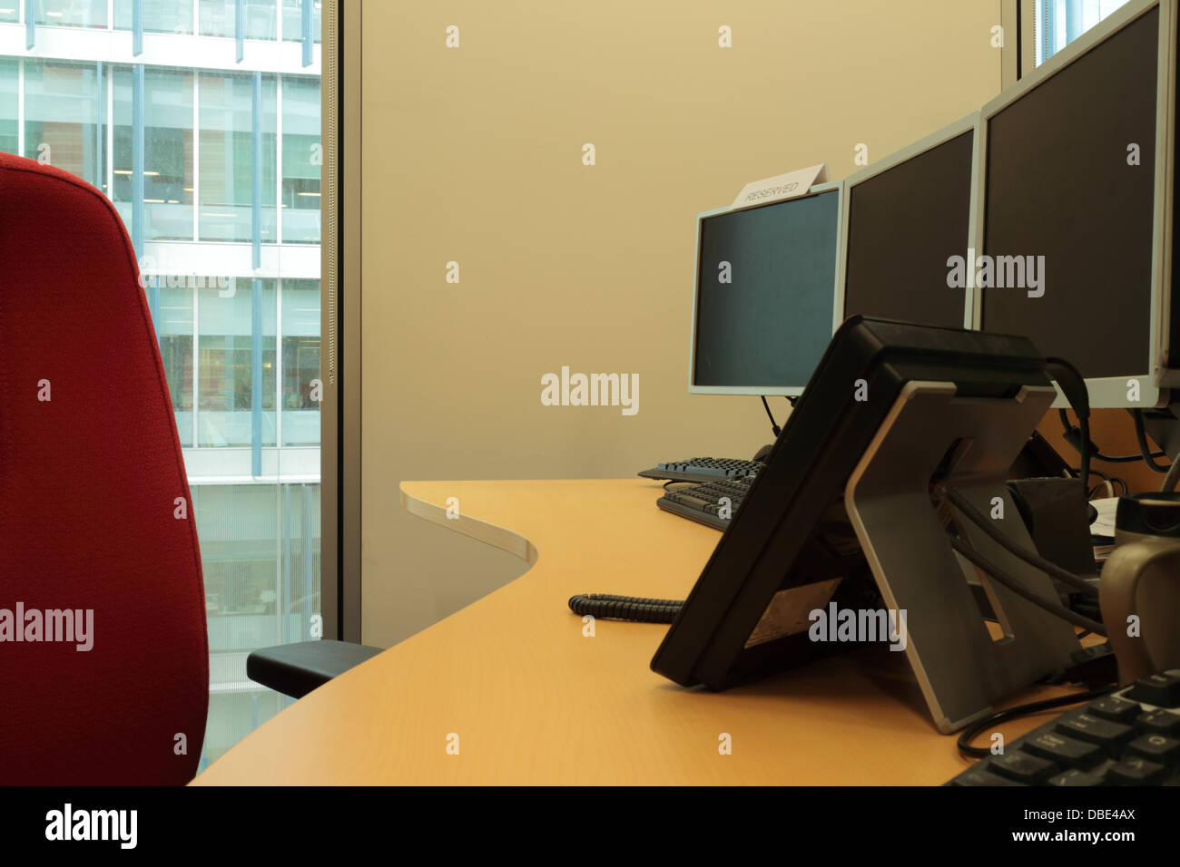 Office desks with multiscreens - Stock Image