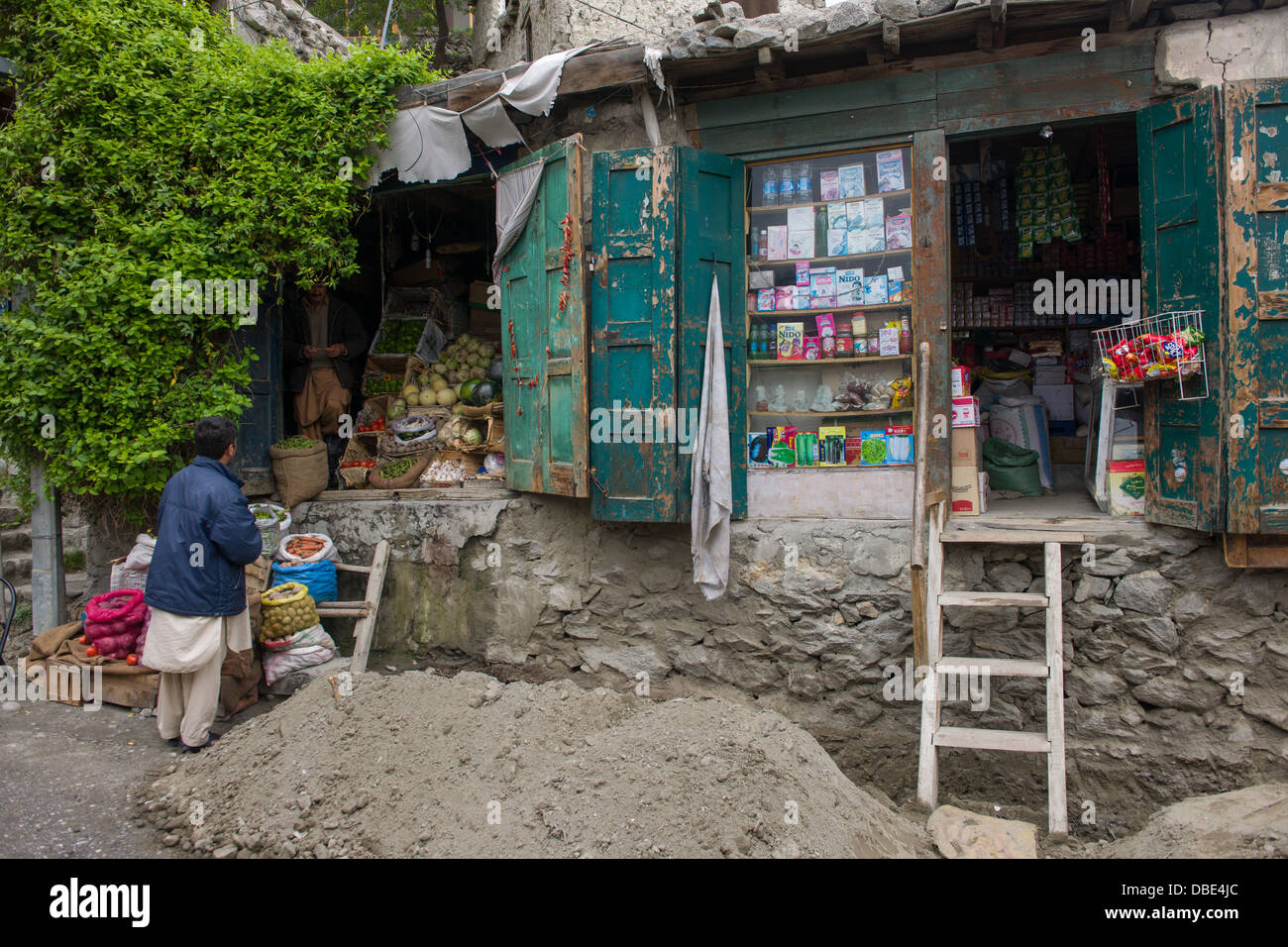 Traditional shops on the road to the fort, Karimabad, Hunza Valley, Gilgit-Baltistan, Pakistan - Stock Image