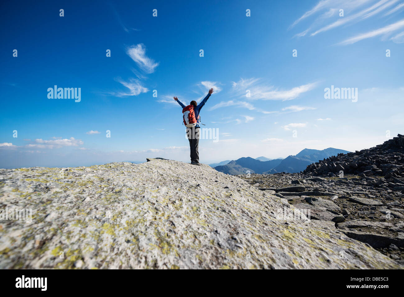 Female hiker on Cantilever stone, Glyder Fach, Snowdonia national park, Wales - Stock Image