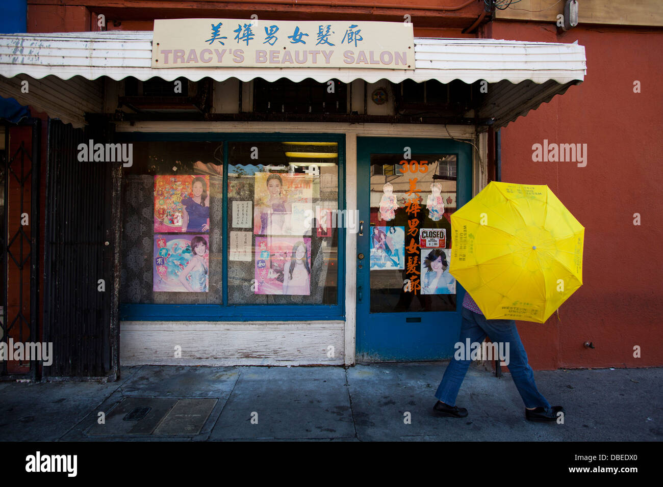 Record breaking heat in Chinatown. Women use umbrellas for shade. Los Angeles, California - Stock Image