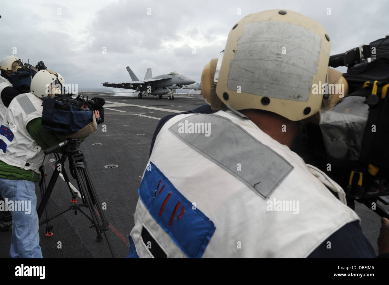 """Australian news cameramen capture video of an F/A-18E Super Hornet from the """"Royal Maces"""" of Strike Fighter Squadron - Stock Image"""