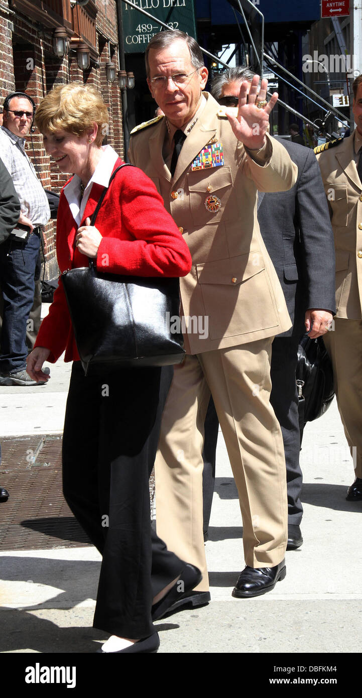 Admiral Mike Mullen Celebrities outside The Ed Sullivan Theater for 'The David Letterman Show' New York City, USA Stock Photo