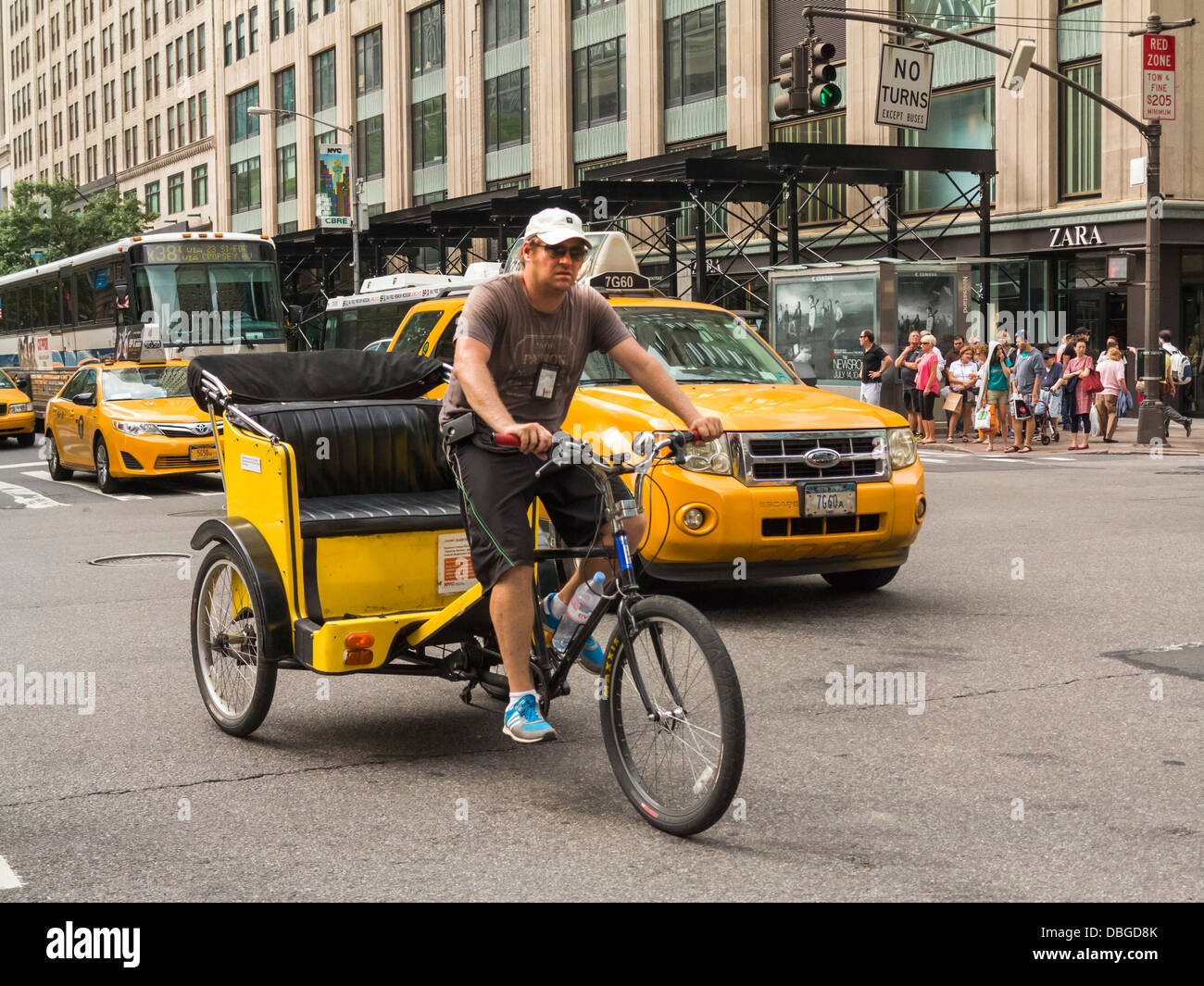 Pedicab taxi cyclist in New York City - Stock Image