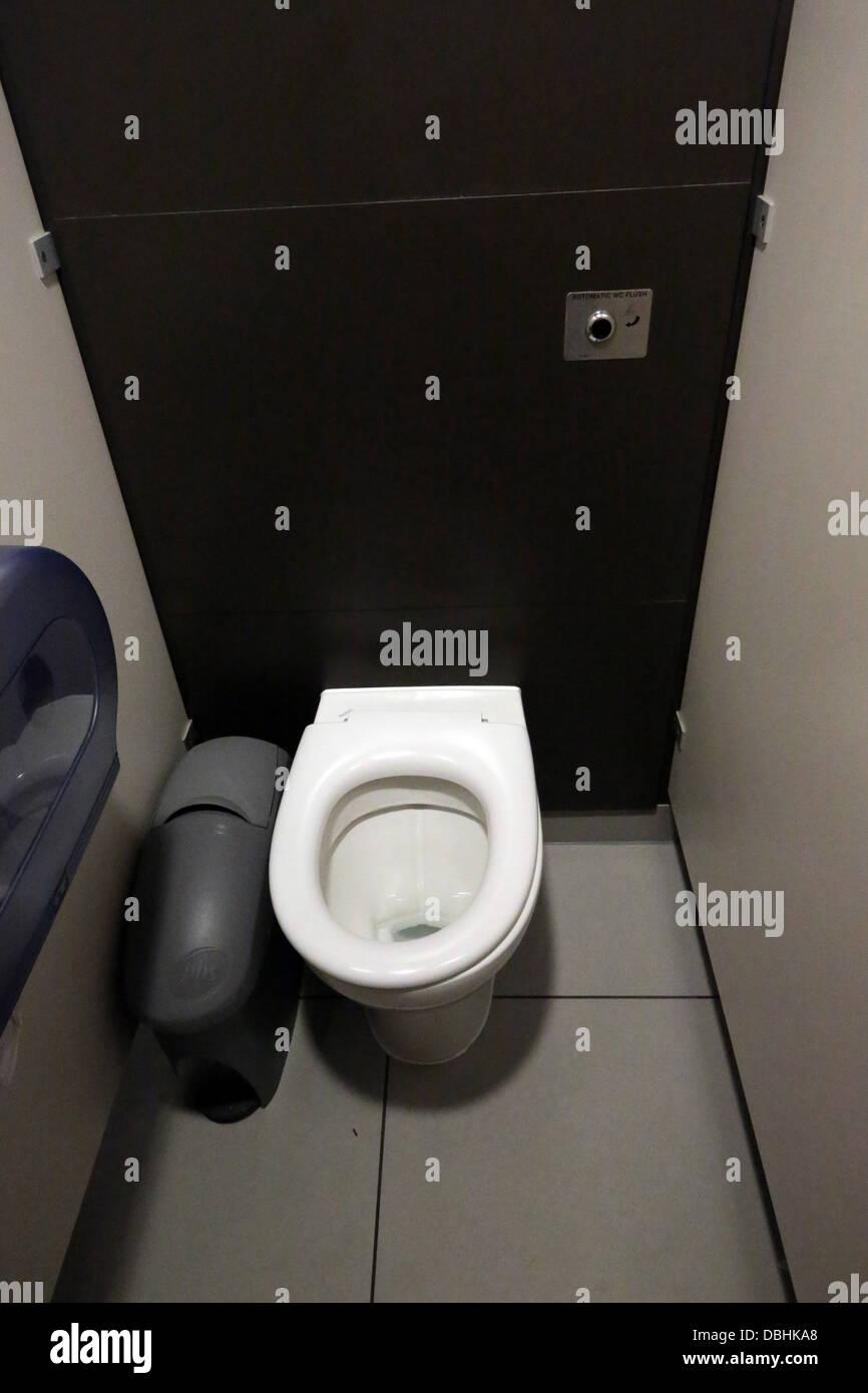 Flush Toilet Stock Photos Amp Flush Toilet Stock Images Alamy