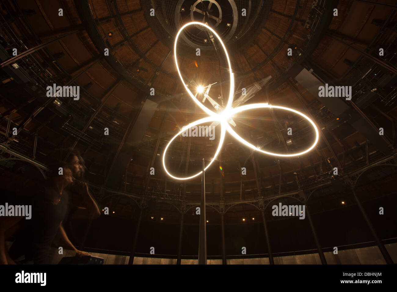 London, UK. 31st July, 2013. Pictured: Conrad Shawcross in a long exposure. 'Timepiece', a timekeeping device - Stock Image